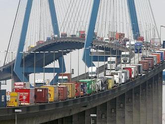 Jede Menge Ware auf dem Weg zu den Endverbrauchern: Lastwagen stauen sich auf der Köhlbrandbrücke im Hafen von Hamburg. Foto: Christian Charisius