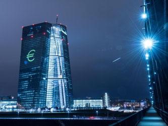 Ein leuchtendes Euro-Zeichenan der Fassade der Europäischen Zentralbank (EZB). Foto: Boris Roessler