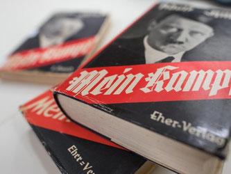 Knapp 2000 Seiten hat die kommentierte Neuauflage von Adolf Hitlers Hetzschrift «Mein Kampf». Das Institut für Zeitgeschichte will mit der Veröffentlichung dem Buch unter anderem seine Symbolkraft entziehen. Foto: Matthias Balk