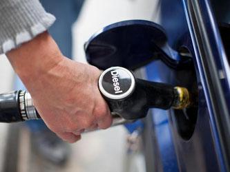 Nachdem es in den vier Monaten zuvor Ölpreisanstiege gegeben hatte, wurden Diesel, Benzin und Heizöl im Hochsommer erneut billiger. Foto: Daniel Karmann/Symbolbild