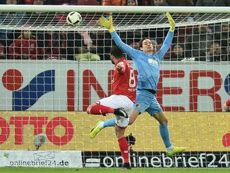 Levin Öztunali köpft zum 1:0 gegen Augsburgs Marwin Hitz ein. Foto: Torsten Silz