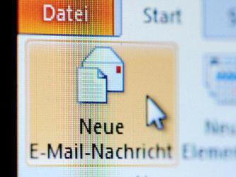 Das Symbol «Neue E-Mail-Nachricht» ist auf einem Computer zu sehen. Foto: Jan-Philipp Strobel/Archiv