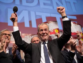 Siegespose in Wien: Alexander Van der Bellen ist zum Staatsoberhaupt Österreichs gewählt worden. Foto: Daniel Reinhardt