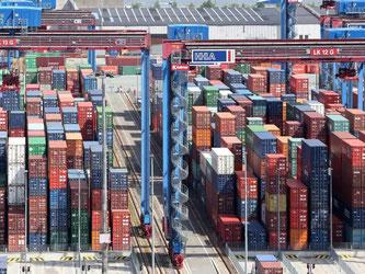 Container werden im Hamburger Hafen umgeschlagen. Foto: Bodo Marks/Illustration