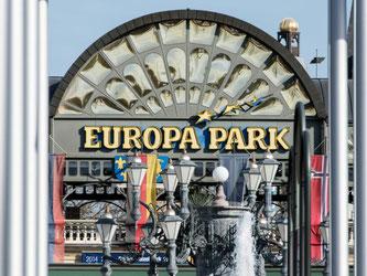 Haupteingang des Europa-Parks in Rust ist von Flaggen umrahmt. Foto: Patrick Seeger/Archiv
