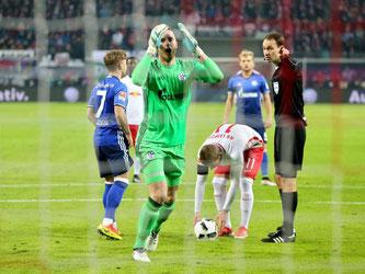 Schiedsrichter Bastian Dankert pfeift nach einer Schwalbe von Leipzigs Timo Werner Elfmeter. Schalke-Torwart Ralf Fährmann kann es nicht glauben. Foto: Jan Woitas
