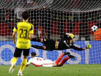Monacos Radamel Falcao (am Boden) köpft das 2:0 gegen Dortmunds Torhüter Roman Bürki. Foto: Claude Paris