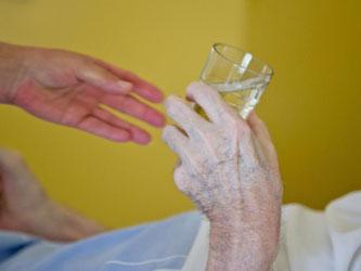 Hand einer alten Person. Foto: Daniel Karmann/Archiv