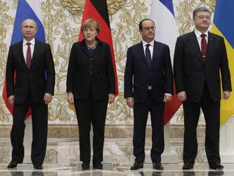 Der russische Präsident Wladimir Putin (l-r), Bundeskanzlerin Angela Merkel, der französische Präsident Francois Hollande und der ukrainische Präsident Petro Poroschenko treffen sich in Berlin. Foto: PA/Tatayana Zenkovich/dpa/Archiv