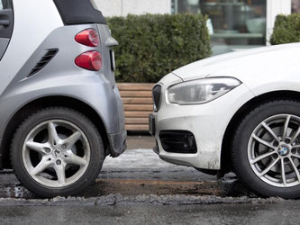 Nicht auf die Pelle rücken: Autofahrer sollten dem Vorder- und Hintermann genügend Spielraum zum Rangieren lassen. Foto: Florian Schuh