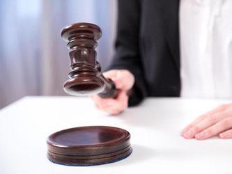 Wer seine Rechtsschutzversicherung zu oft in Anspruch nimmt, riskiert die Kündigung. Eine neue Police zu bekommen, kann danach unter Umständen mühsam werden. Foto: Christin Klose/dpa-tmn