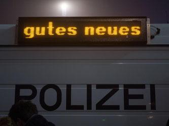 «Gutes Neues» steht auf einer Leuchtschriftanzeige eines Polizeitransporters. Foto: Lino Mirgeler
