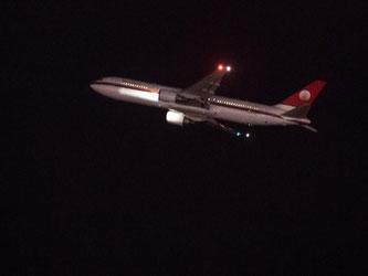Ein mit abgelehnten Asylsuchenden besetztes Flugzeug startet in Richtung Afghanistan. Foto: Matthias Balk