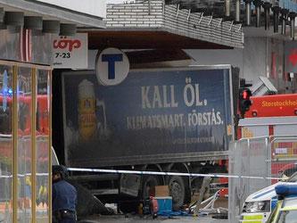 Der Lastwagen war in der Stockholmer Königinstraße zunächst in eine Menschenmenge und dann in ein Kaufhaus gerast. Foto: Anders Wiklund/TT NEWS AGENCY