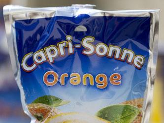Eine Getränketüte mit Capri-Sonne Orange. Foto: Jens Büttner/Archiv