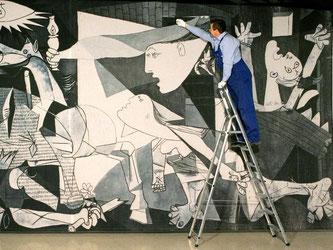 Im Unterlinden-Museum hängt nun ein monumentaler «Guernica»-Wandteppich. Foto: Bernd Thissen/Archiv