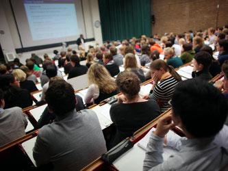 In diesem Jahr starten einige neue Masterstudiengänge. Zum Beispiel bieten die Universität und die Technische Hochschule Köln gemeinsam den Master Drug Discovery and Development an. Foto: Oliver Berg