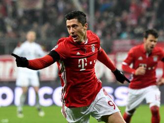 Robert Lewandowski hat für den FC Bayern München das 1:0 erzielt und jubelt nach seinem Treffer. Foto: Peter Kneffel