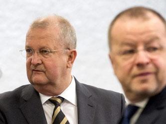 Prozess gegen Ex-Porschechefs wegen VW-Übernahmeschlacht: Die Staatsanwaltschaft fordert für Wendelin Wiedeking (l) eine Freiheitsstrafe von zwei Jahren und sechs Monaten bekommen und für Holger Härter (r) zwei Jahre und drei Monate. Foto: Marijan Murat/A