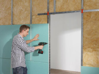 Steht das Gerüst und ist die Dämmung eingesetzt, kann der Heimwerker die Platten auf die Trockenbau-Wand aufschrauben. Foto: DIY-Academy/Knauf Bauprodukte