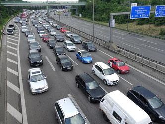 Auf der Autobahn 100 (A100) staut sich in Berlin wegen Straßensperrungen der Verkehr. Foto: Kay Nietfeld/Archiv