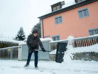 Eine Schneeschaufel muss beim Schippen gut in der Hand liegen. Das probiert man vor dem Kauf am besten im Geschäft aus. Foto: Tobias Hase