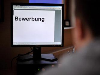 Rechtschreibfehler sind in einer Bewerbung tabu. Für den Großteil der Personaler stellen sie einen Grund dar, den Kandidaten auszusortieren. Foto: Jochen Lübke dpa
