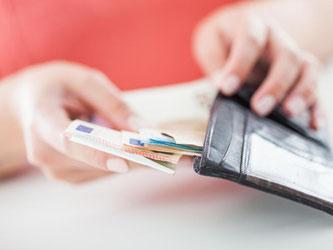 Über das Einkommen wird unter Kollegen häufig nicht miteinander gesprochen. Doch das ändert sich gerade. Foto: Christin Klose/dpa-tmn