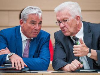 Thomas Strobl (l) und Winfried Kretschmann (r) sprechen miteinander. Foto: Christoph Schmidt/Archiv