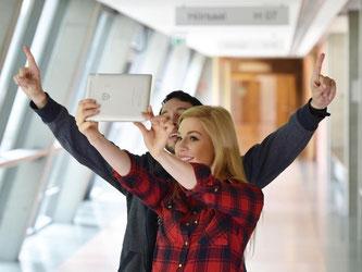 Persönliches wie Fotos findet sich massenhaft auf Tablets und Smartphones. Wer die Geräte nicht sichert, riskiert, dass Unbefugte darauf zugreifen. Foto: Jens Kalaene