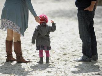 Wenn Eltern nach einer Trennung keinen fairen Umgang mehr pflegen, leiden vor allem die Kinder. Laut Experten ist dies immer öfter der Fall. Foto: Andreas Gebert/dpa