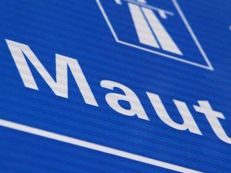Ein Schild weist auf die Mautpflicht auf österreichischen Autobahnen hin. Foto: Karl-Josef Hildenbrand/Illustration