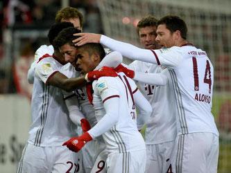 Die Bayern-Spieler feiern den Last-Minute-Sieg beim SC Freiburg. Foto: Patrick Seeger