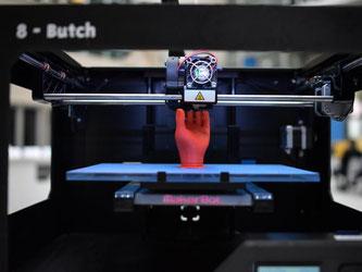 Beim 3D-Druck werden Kunststoff-, Keramik- oder Metallpulver mit Hilfe von Lasern Schicht für Schicht verschmolzen, bis die gewünschte Form entsteht. Foto: Christian Platz/Symbolbild