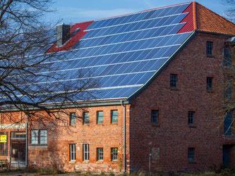 Solarpaneele sind auf einem Bauernhaus in Plüschow (Mecklenburg-Vorpommern) angebracht. Foto: Jens Büttner/Illustration