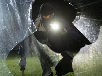 Wenn Einbrecher im Haus waren, sind Betroffene erst einmal geschockt. Doch sie sollten sofort die Polizei und die Versicherung informieren. Foto: Daniel Maurer