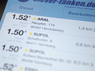 Im Internet, über Smartphone-Apps und Navigationsgeräte können Verbraucher auch auf Reisen die billigste Zapfsäule finden. Foto: Ole Spata