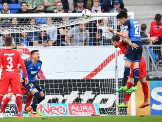 Benjamin Hübner (r) köpfte das Siegtor für Hoffenheim. Foto: Uwe Anspach