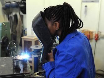 Die Schülerin Hadeiatou aus dem afrikanischen Guinea absolviert in der Bremer Berufsschule einen Kurs im E-Schweißen. Die Bundesagentur für Arbeit hält den deutschen Arbeitsmarkt für stark genug, um 350 000 Flüchtlinge aufnehmen zu können. Foto: Ingo Wagn