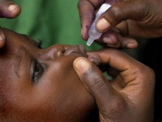 Ein Kind aus Nigeria bekommt in Lagos eine Polio Impfung verabreicht. Foto: Mashall Wolfe/Archiv