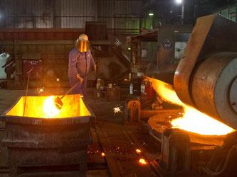 Mitarbeiter der Metallindustrie bei der Arbeit. Foto: Patrick Pleul/Archiv