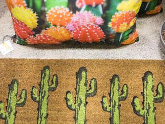 Der Kaktus überall: Bei Pad home design concept ziert die Trenddekoration Kissen genauso wie Fußmatten. Foto: Frank Rumpenhorst/dpa-tmn