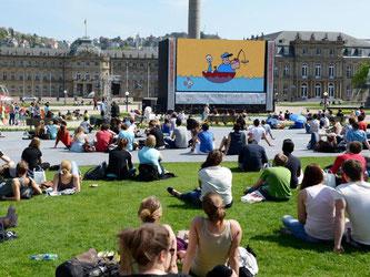 Auf dem Schlossplatz in Stuttgart wird ein Trickfilm gezeigt. Foto: Bernd Weißbrod/Archiv