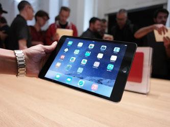 Besucher des Applestore in Berlin betrachten das neue iPad Air 2. Foto: Jörg Carstensen