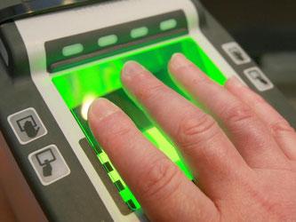 Wer in die USA einreist, muss bei der Passkontrolle seine Fingerabdrücke abgeben. Foto: Tobias Hase
