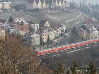 Ein Zug fährt in Stuttgart über die Gäubahntrasse. Foto: Franziska Kraufmann/Archiv