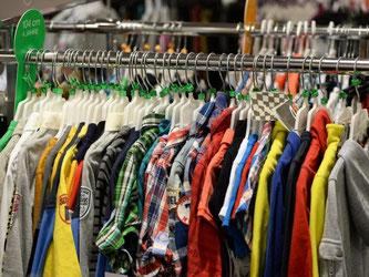 Kleidung wird größenteils importiert und da schlägt der schwache Euro zu buche. Foto: Jens Kalaene