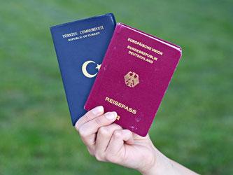 Türkischer und deutscher Pass: Die CDU will den Kompromiss mit der SPD zur doppelten Staatsbürgerschaft aufkündigen. Foto: Daniel Bockwoldt