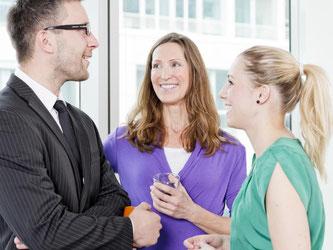 Wenn Vorgesetzte ihre Mitarbeiter nach Meinungen und Einschätzungen fragen, fühlen diese sich wertgeschätzt. Das kann ihre Arbeitsmoral und Leistungsbereitschaft steigern. Foto: Monique Wüstenhagen