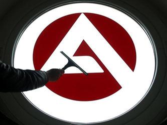 Das Logo der Bundesagentur für Arbeit wird gereinigt. Foto: Roland Weihrauch/Archiv
